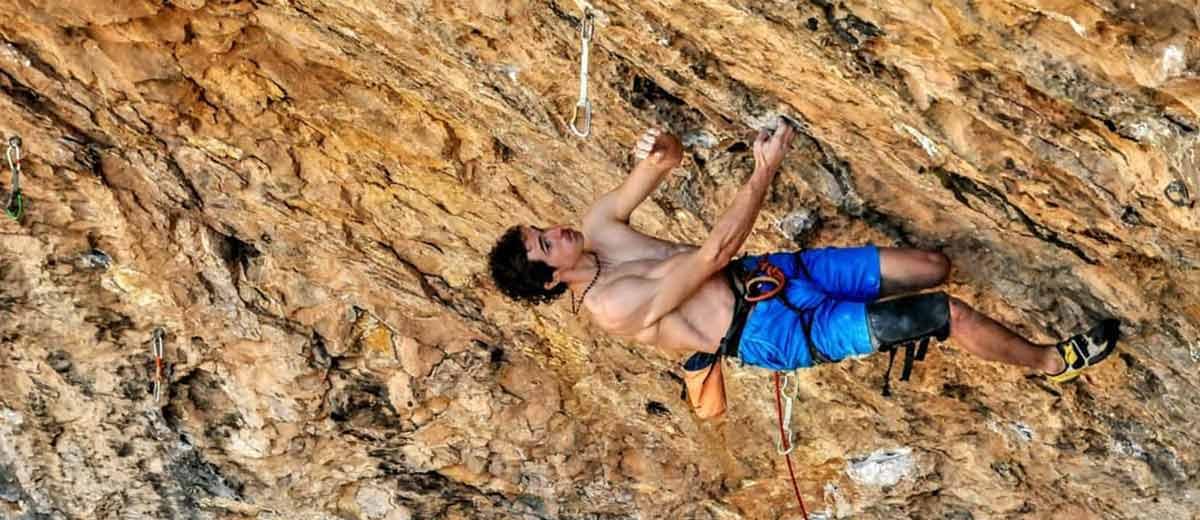 Adam-Ondra-begeht-als-dritter-die-9b-Route-Neanderthal-in-Santa-Linya.jpg